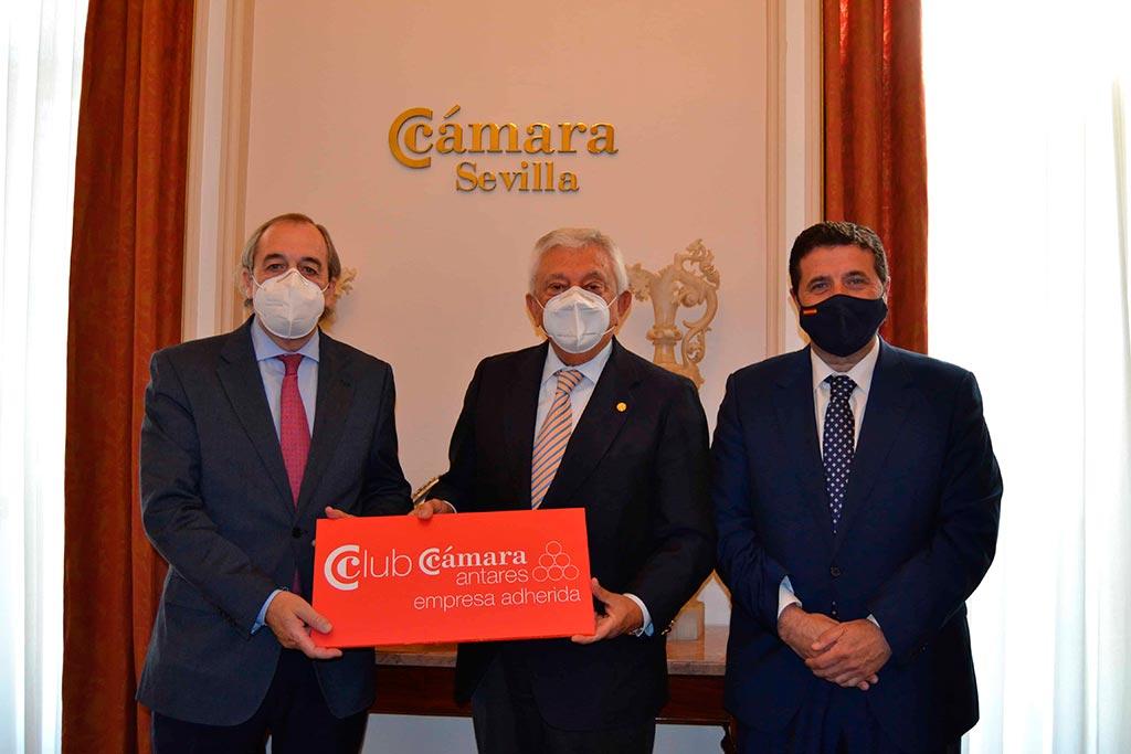 A la izquierda de la foto J. Ignacio Estrade (CEO de Dantia), a la derecha de la foto J. Ignacio Martínez, (Director de Comunicación y Desarrollo de Negocio de Dantia), junto a Francisco Herrero, Presidente de la Cámara de Comercio de Sevilla.